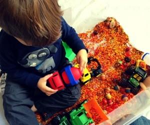 Ребенок играет с сенсорной коробкой