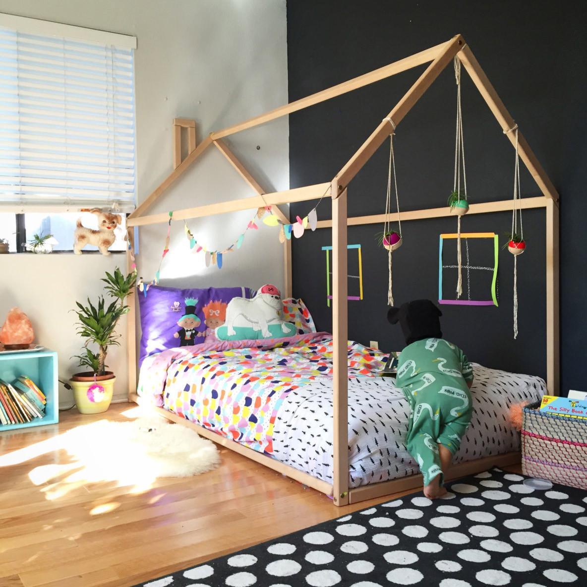 Удобная кроватка для детей по системе Монтессори